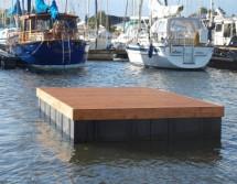 Badeplattform mit Holzdielung