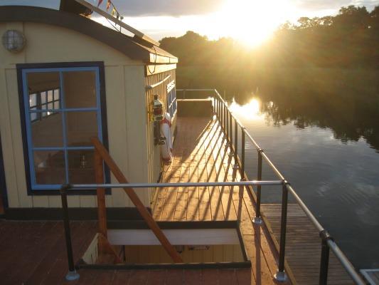 pontonboote zur nutzung als arbeitsboot freizeitboot und mehrzweckboot. Black Bedroom Furniture Sets. Home Design Ideas