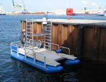 Arbeitsboot mit Baurüstung