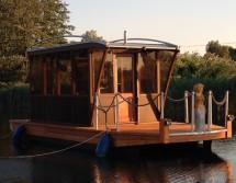 Boot mit Bungalow