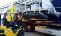 Anheben des Arbeitsbootes mit Gabelstapler