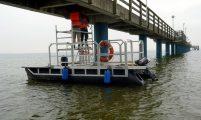 Arbeitsboot mit aufgebauter Baurüstung
