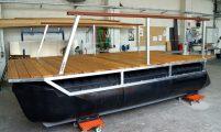kleines Ponton-Freizeitboot