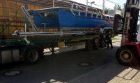 Verladen Arbeitsboot auf Trailer