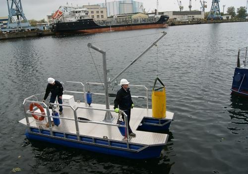Arbeitsboot mit Minikran