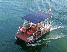 Elektro-Pontonboot mit Solardach