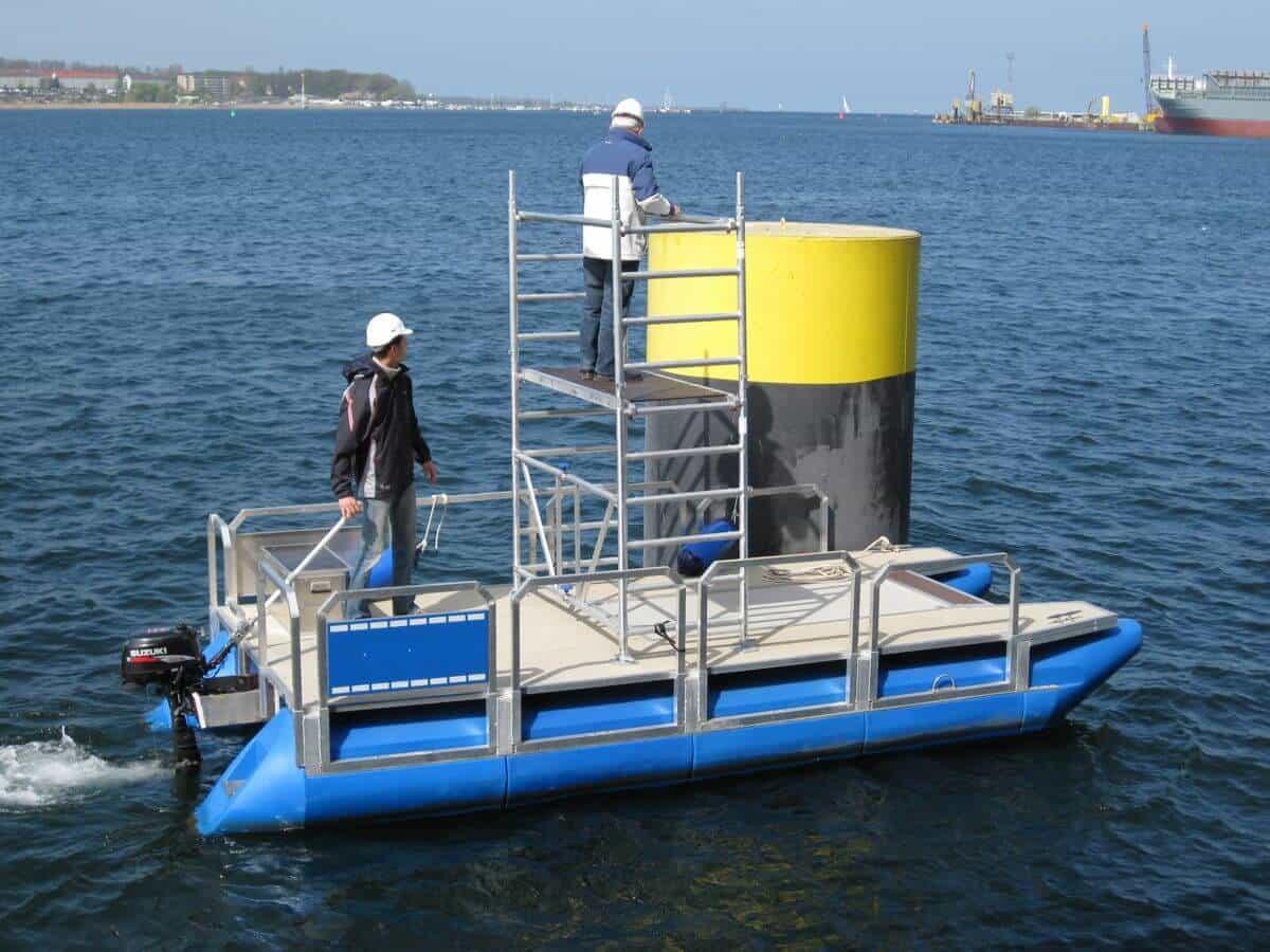 Arbeitsboot-mit-Baugerüst