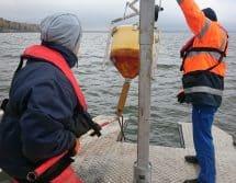 Boot mit Bojen-Hebevorrichtung