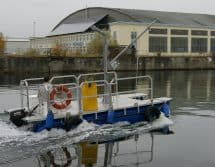 Arbeitsboot mit Ladekran